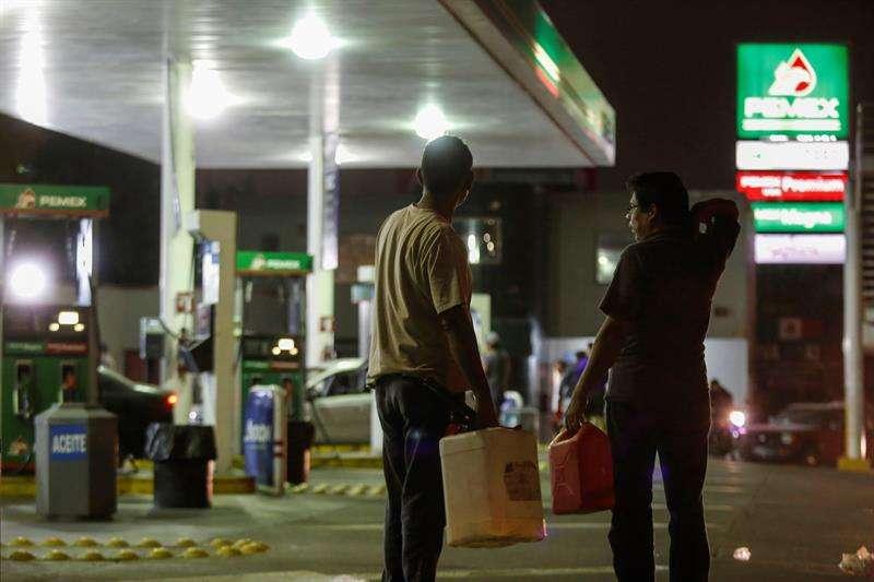Consumidores buscan conseguir un poco de gasolina hoy, en expendedoras de la ciudad de Guadalajara (México). EFE