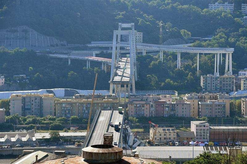 Una grúa trabaja en las labores de búsqueda de víctimas y retirada de los escombros del puente que el martes se desplomó en Génova (Italia) . EFE