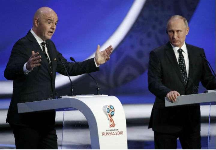 Vladímir Putin (dcha.) no sabe si irá al estadio para apoyar a la selección de Rusia en el partido contra España. Foto EFE