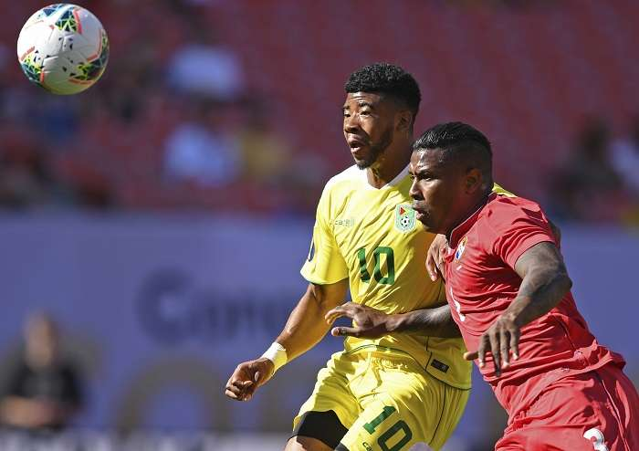 El panameño Harold Cummings disputa el balón con Emery Welshman, de Guayana. /AP