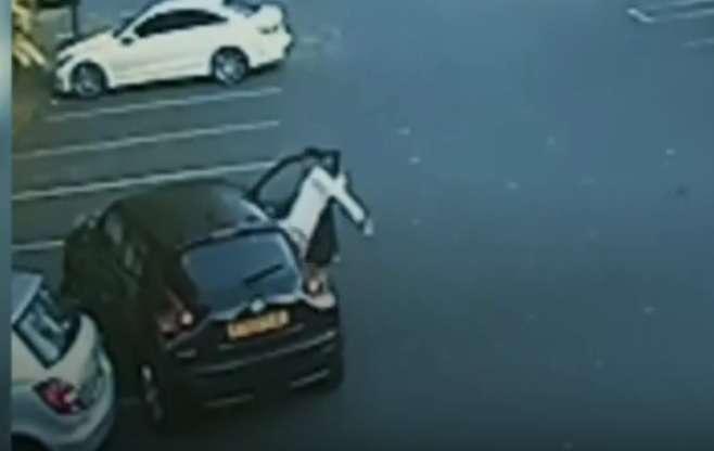El futbolista inglés Riccardo Calder ataca violentamente a una dama.