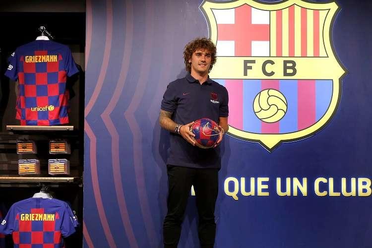 El delantero francés Antoine Griezmann, nuevo fichaje del Barcelona, posa durante una sesión fotográfica en la tienda del club en el Camp Nou. Foto: EFE