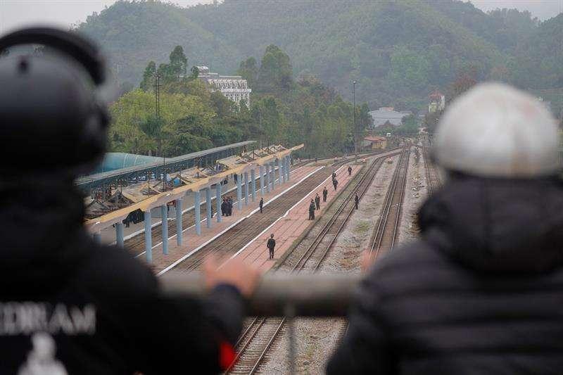 Personal de seguridad vigila en el andén de la estación de tren Dong Dang (Vietnam), donde el líder norcoreano, Kim Jong-un, llegará para realizar una visita de Estado y celebrar una cumbre con el presidente de EEUU, Donald Trump. EFE