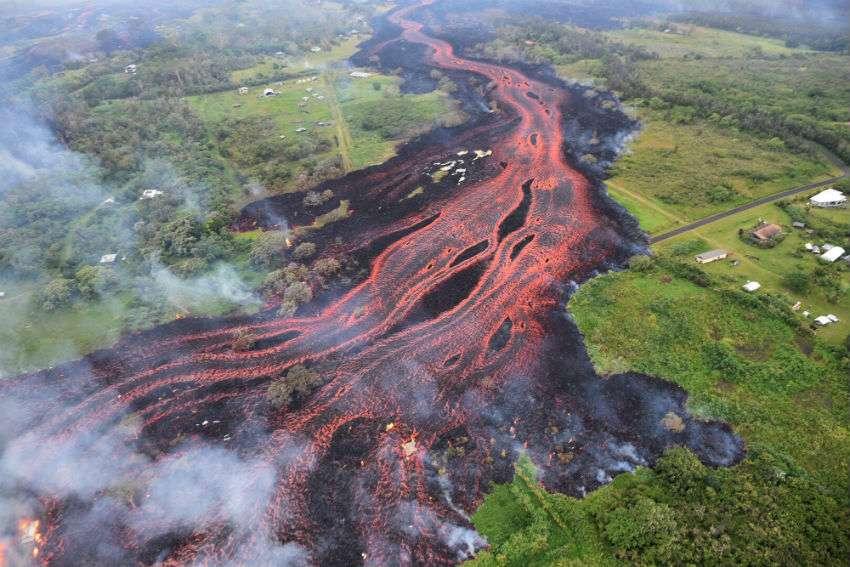Grietas en la tierra escupen flujos de lava que serpentean por la Isla Grande de Hawái y a su paso devoran casas y árboles, cruzan las autopistas y llegan hasta el océano. AP