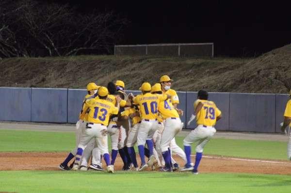 Los jugadores herreranos celebran el dramático triunfo del quinto partido. Foto: Fedebeis