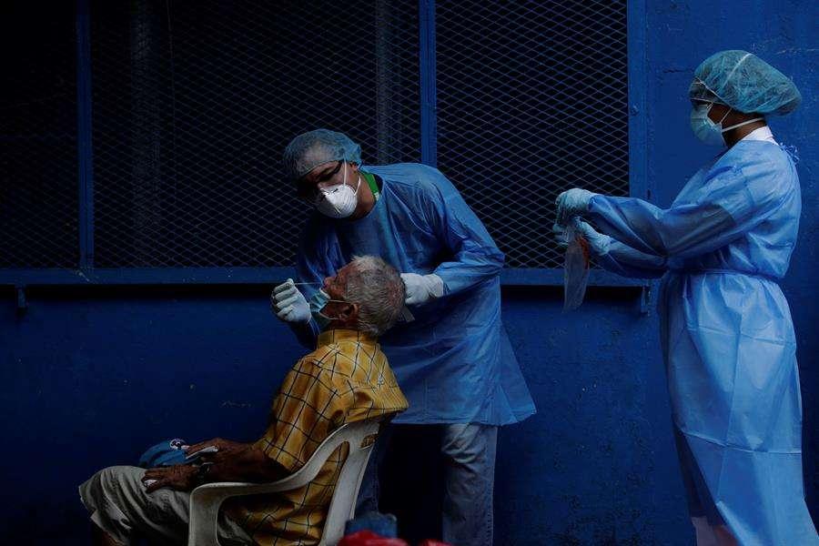 Personal médico realiza pruebas de coronavirus, en Ciudad de Panamá (Panamá). EFE