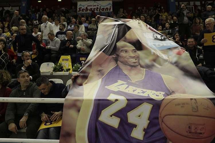 El exjugador de los Lakers muere a los 41 años tras producirse un incendio en la aeronave. Foto:AP