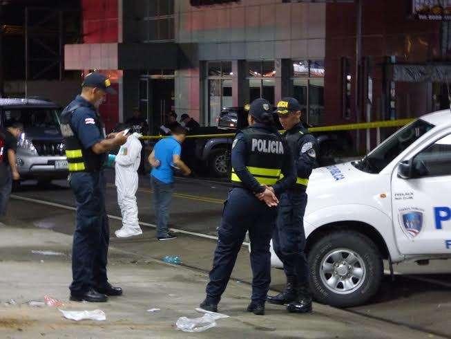 El cuerpo de un masculino entre los 20 y 30 años fue ubicado en un lote baldío con múltiples impactos por proyectil de arma de fuego.