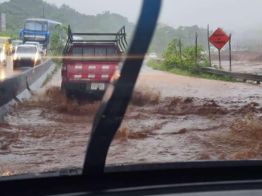 Inundaciones afectan el libre tránsito