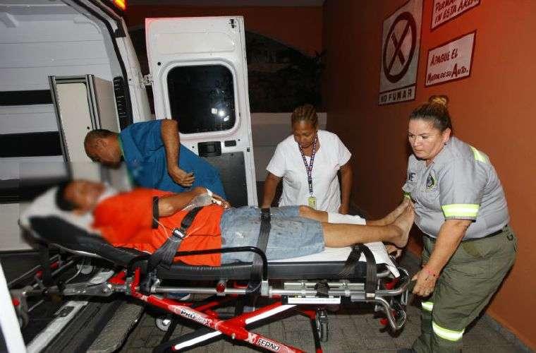 Momentos en que Rómulo Pérez fue llevado al Hospital Santo Tomás para recibir atención médica por las heridas. Foto: Alexander Santamaria