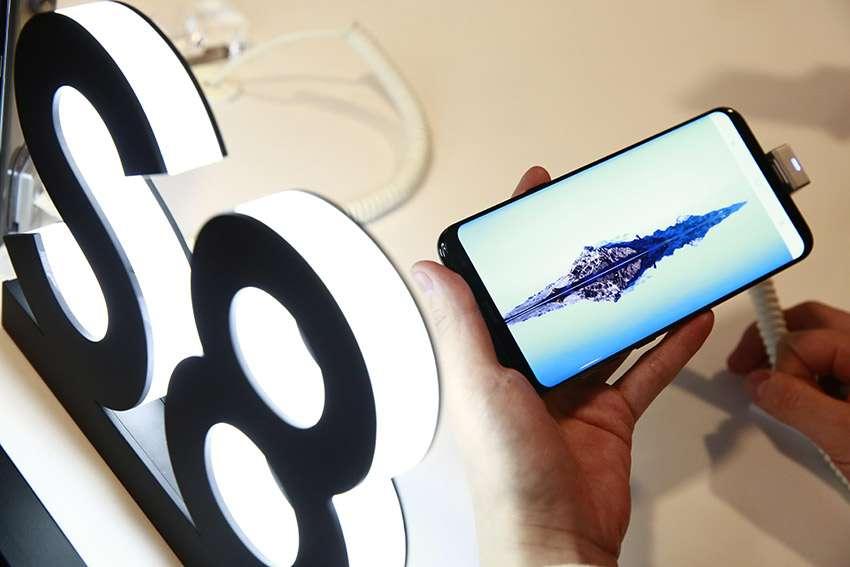 Samsung vende más de 10 millones de teléfonos Galaxy S8 en menos de un mes El nuevo smartphone de Samsung Galaxy S8 Plus es presentado en la sede de Samsung en Seúl, Corea del Sur, el pasado 13 de abril. EFE