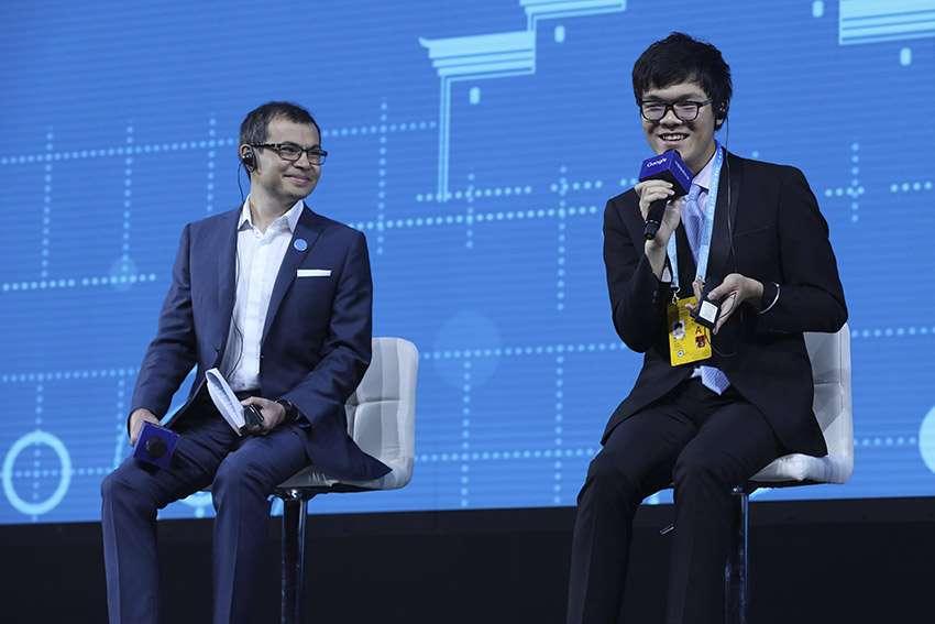 Los humanos pierden por segunda vez ante la máquina en el duelo Ke Jie-Google El chino Ke Jie (d), número uno mundial del juego del go, considerado el juego mental más complejo del mundo, junto a Demis Hassabis, líder del equipo DeepMind de Google .