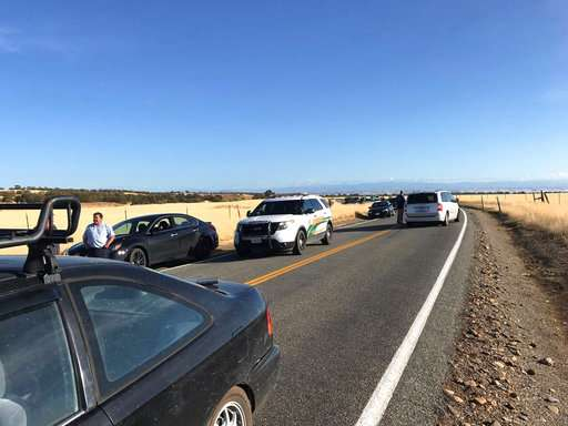 Cinta delictiva se bloquea en Rancho Tehama Road que conduce a la subdivisión Rancho Tehama al sur de Red Bluff, California, luego de un tiroteo fatal. / AP