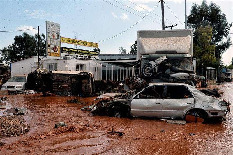 El agua inunda las calles en Mandra (Grecia) hoy, 15 de noviembre de 2017.