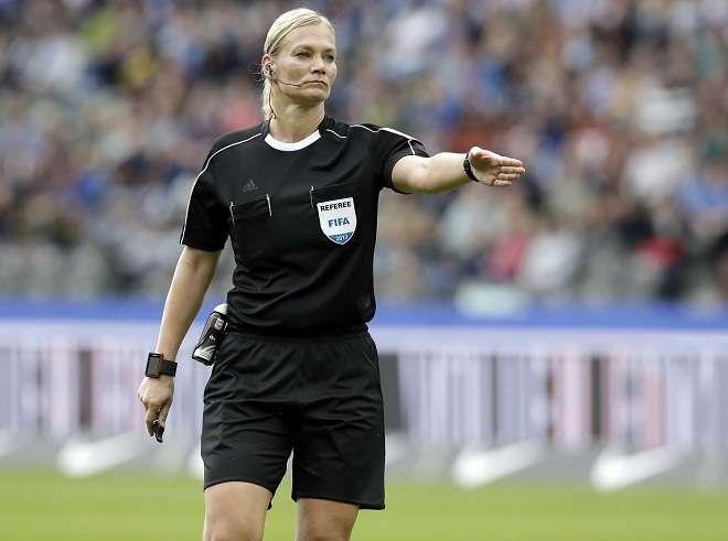 Bibiana Steinhaus aún trabaja a tiempo parcial como policía. Foto: AP