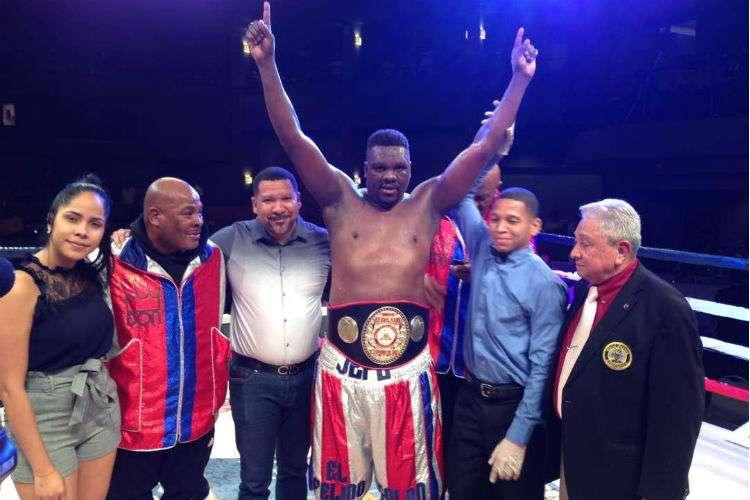 """Guillermo """"El Felino"""" Jones (c) luego del combate ganado. Foto: Cortesía"""