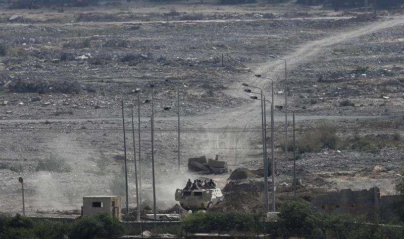 Un vehículo militar egipcio vigila la frontera entre Egipto y la Franja de Gaza. EFEArchivo