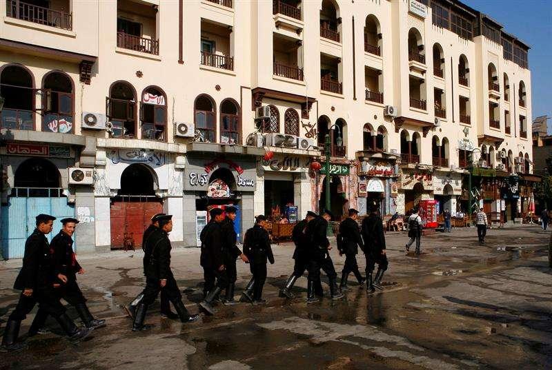 Policías egipcios patrullan cerca de una mezquita en El Cairo, Egipto. EFEArchivo