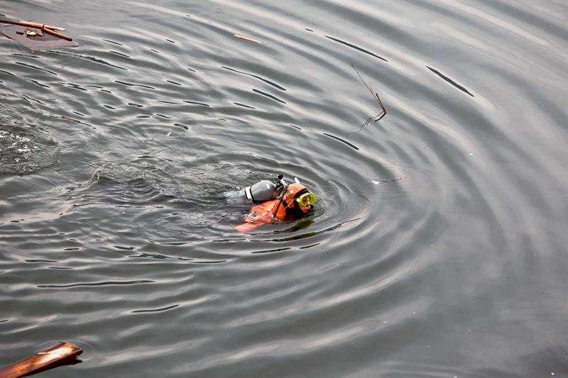 Un buzo de un equipo de rescate de la Guardia Costera Japonesa busca cadáveres de las víctimas de un accidente acontecido en 2011 al noroeste de Japón. EFEArchivo