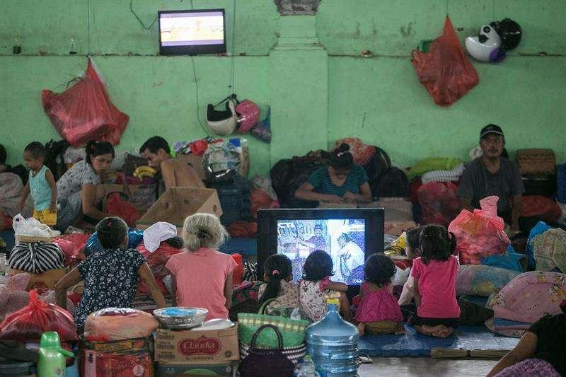 Varios evacuados se alojan en un refugio temporal en Klungkung, Bali (Indonesia) este lunes, 27 de noviembre. EFE