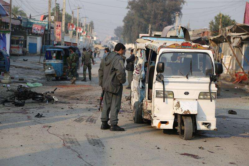 Funcionarios de seguridad afganos inspeccionan la escena de la explosión de una bomba suicida en Jalalabad, Afganistán. EFE