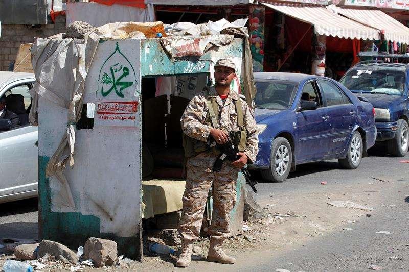 Un rebelde hutí hace guardia en un retén en medio de las tensiones entre rebeldes hutíes y fuerzas leales al ex presidente yemení Ali Abdalá Saleh, en Saná (Yemen). EFE