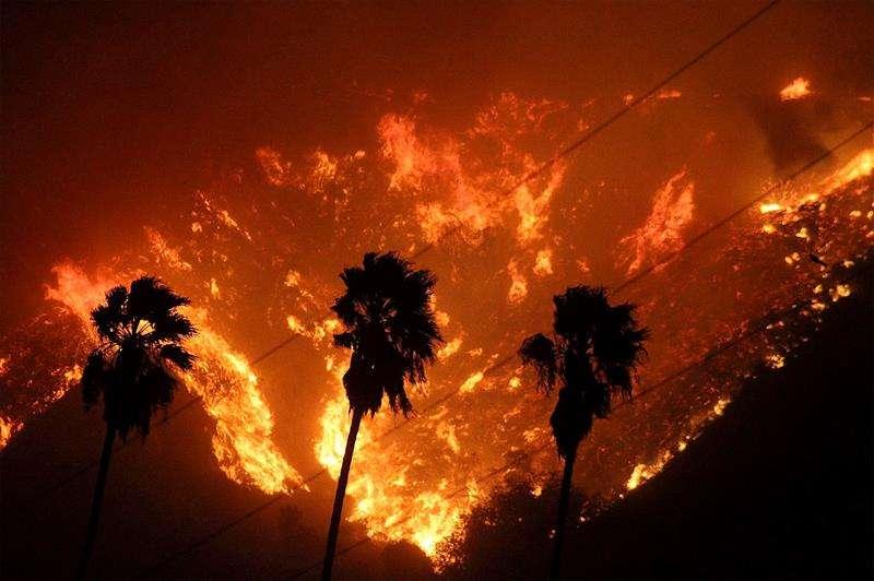 Vista de un voraz incendio en el condado de Ventura, California, Estados Unidos. / EFE