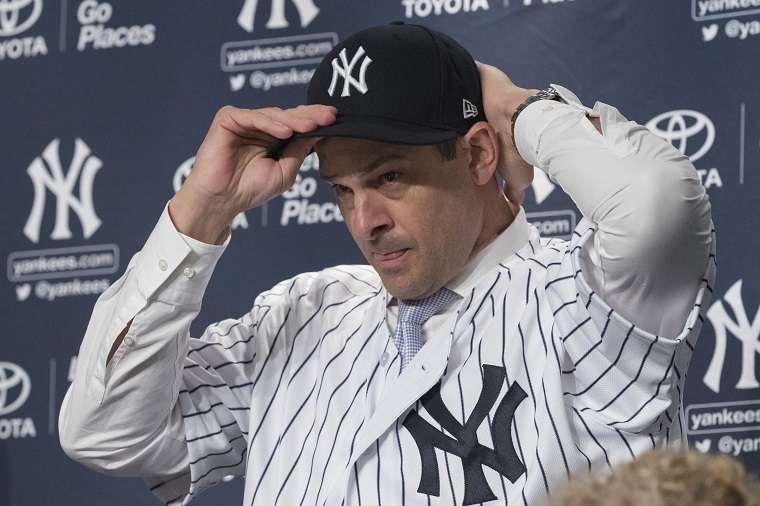 Aaron Boone se pone la camiseta y la gorra de los Yanquis, ahora como técnico./ Foto AP