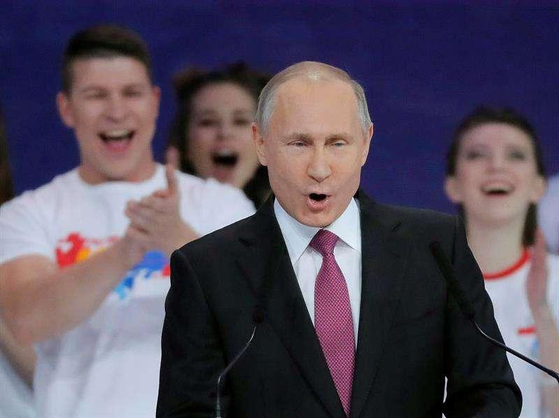 El presidente ruso, Vladímir Putin, da un discurso durante su participación en un foro de voluntarios, en Moscú (Rusia) hoy. EFE
