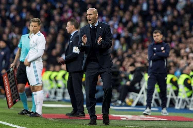 Zinedine Zidane, da indicaciones a sus jugadores durante el partido ante el Sevilla. Foto: EFE