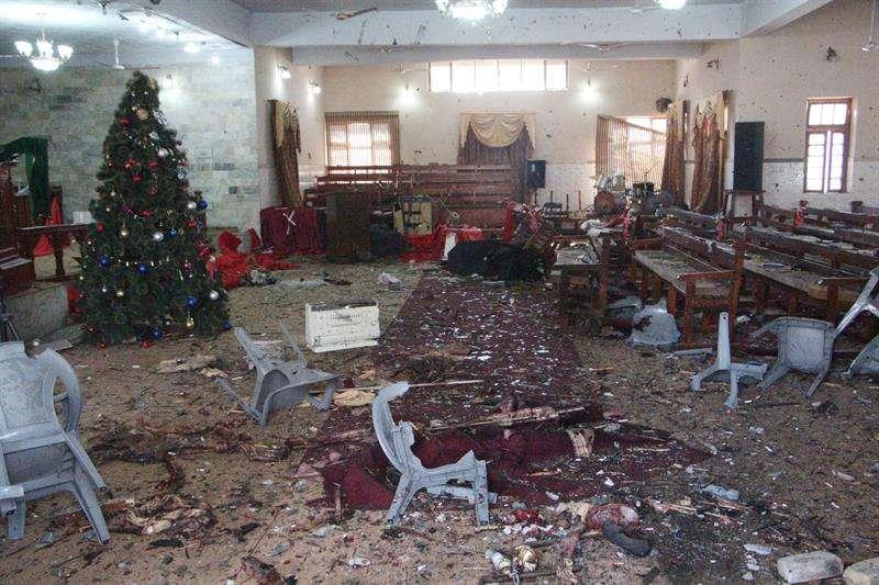 Vista de la destrucción causada después de un ataque suicida con bomba en una iglesia cristiana, en Quetta, Pakistán. / EFE
