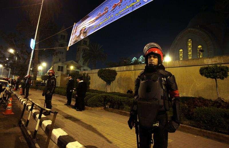 Soldados egipcios vigilan la catedral de Abasiya en El Cairo (Egipto) durante una Misa del Gallo. EFEArchivo