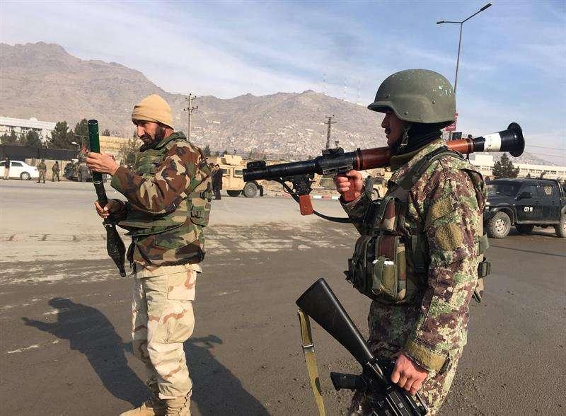 Agentes de seguridad vigilan el lugar donde se ha produciado un ataque contra un centro de entrenamiento de la principal agencia de inteligencia afgana en Kabul (Afganistán) hoy, 18 de diciembre de 2017. EFE