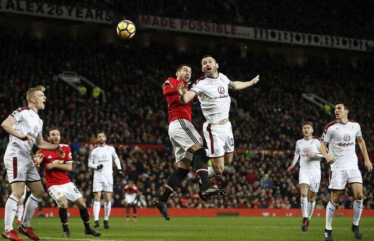 Henrikh Mkhitaryan disputa el balón ante Phil Bardsley de Burnley (dcha). Foto: AP