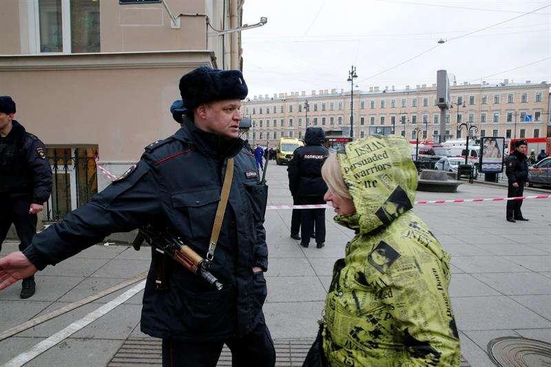 Un policía acordona las inmediaciones del metro de San Petersburgo, Rusia. EFEArchivo