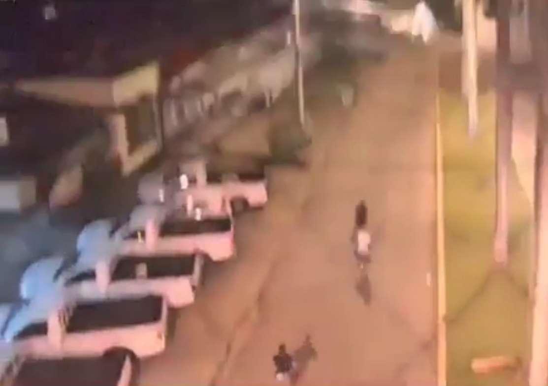 Los delincuentes no sospechaban que están siendo vigilados y filmados en plena acción. / Captura de Video