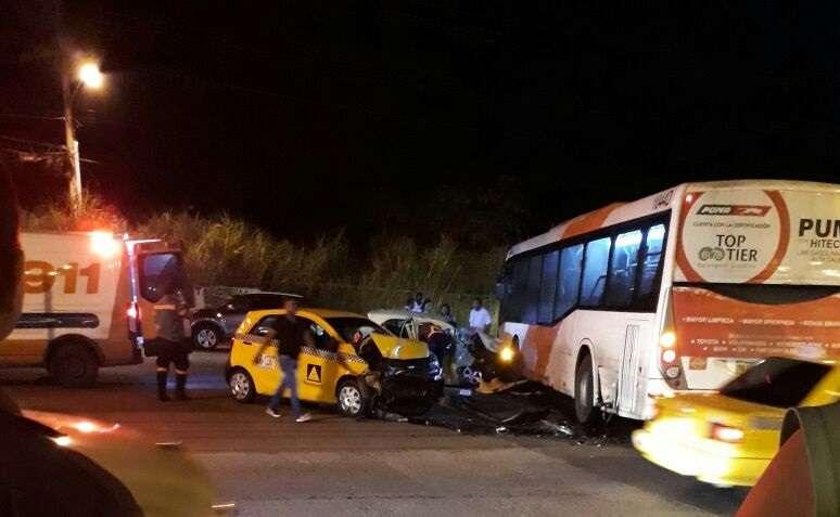 Tres vehículos involucrados en una colisión, entre ellos una unidad del metrobús. / Foto: @TraficoCPanama