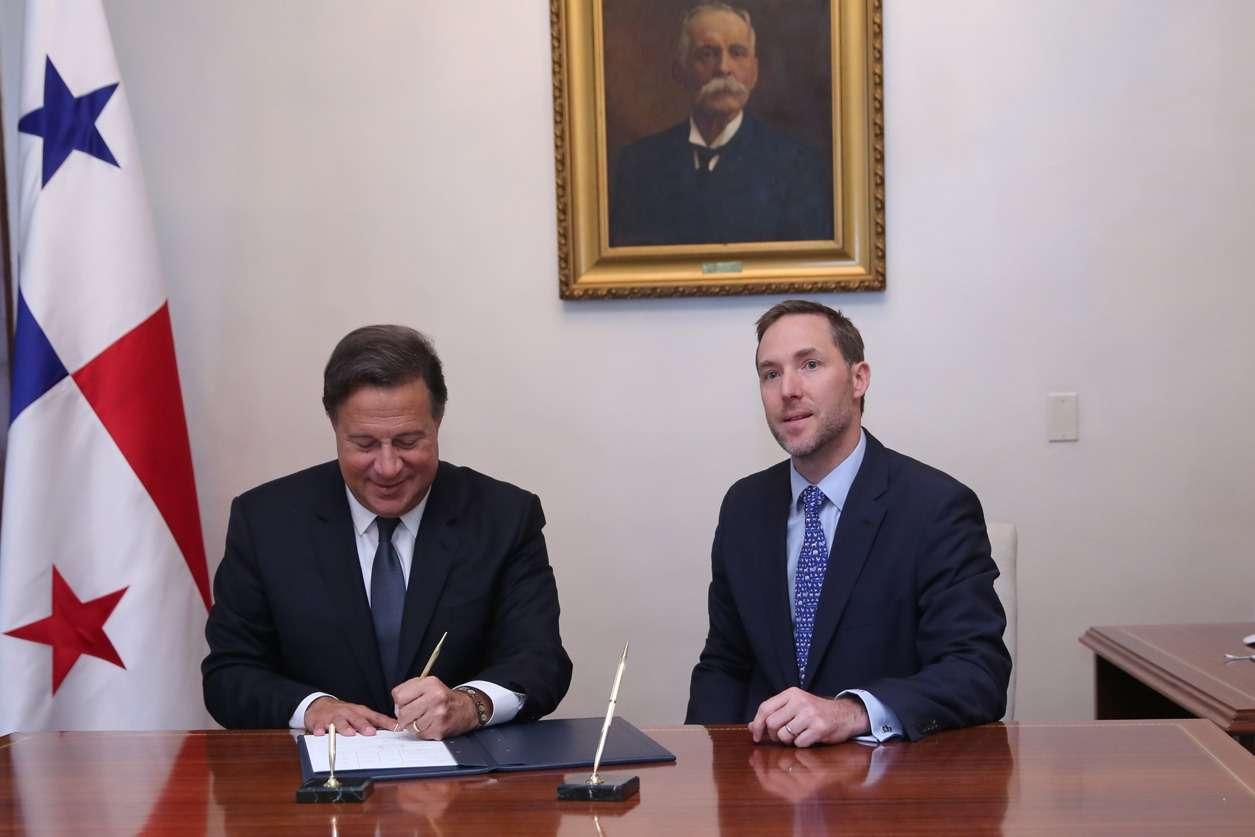Mandatario de la República, Juan Carlos Varela y el ministro de Comercio e Industria firman la extensión del Control de Precios de la Canasta Básica.