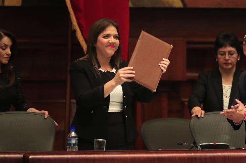 María Alejandra Vicuña jura en el cargo como la nueva vicepresidenta de Ecuador. /  Foto: EFE