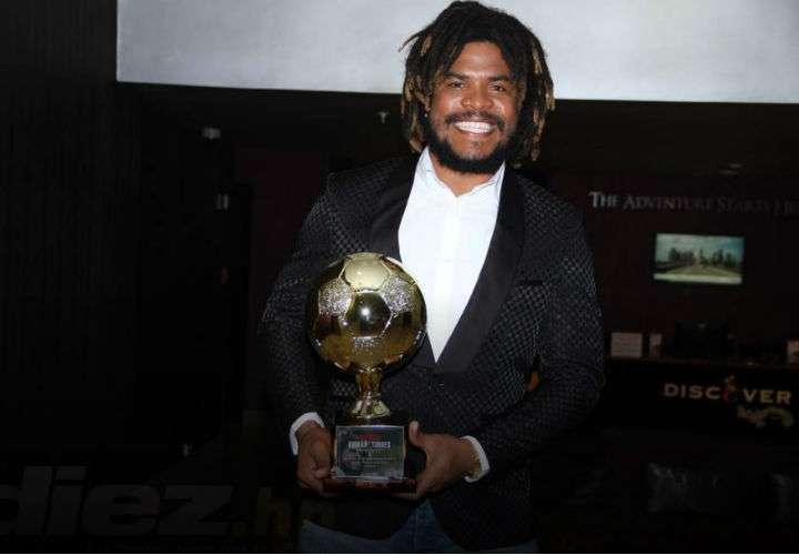El defensor panameño Román Torres posa con el premio, luego de que fue elegido en votación del staff del Diario Diez. Foto Cortesía