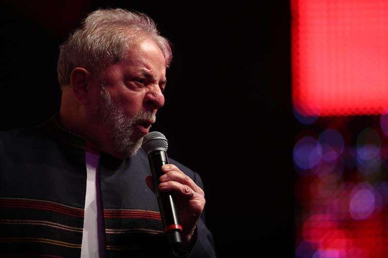 El expresidente brasileño Luiz Inácio Lula da Silva habla durante acto con artistas e intelectuales brasileños que le manifiestan apoyo ante el juicio por corrupción que afronta en Río de Janeiro (Brasil). EFE