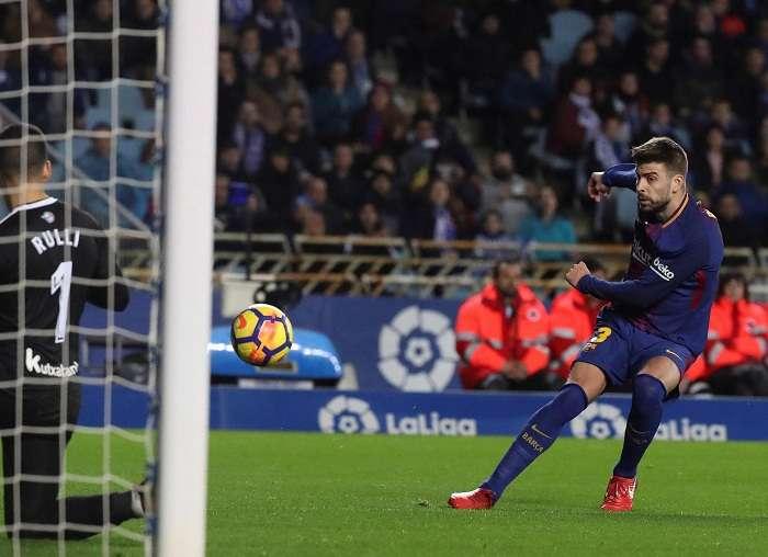 Gerard Piqué (d) intenta batir al portero argentino de la Real Sociedad. Foto: EFE