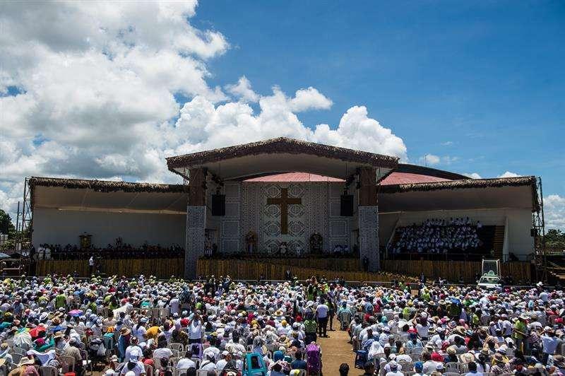 Vista general del encuentro entre el papa Francisco y miles de feligreses en la explanada del Instituto Superior Tecnológico Jorge Basadre, en Puerto Maldonado (Perú). EFE