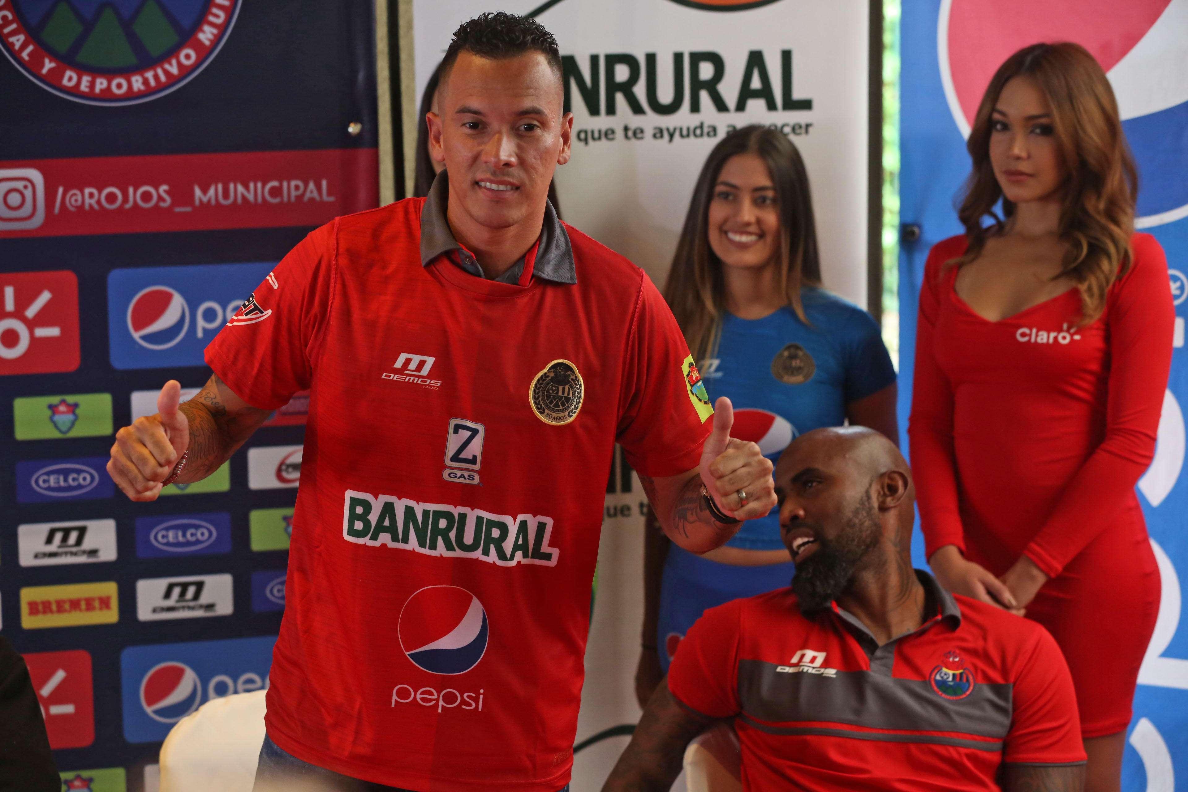 Blas Pérez (izq.) posa con su camiseta del Municipal. Foto: EFE