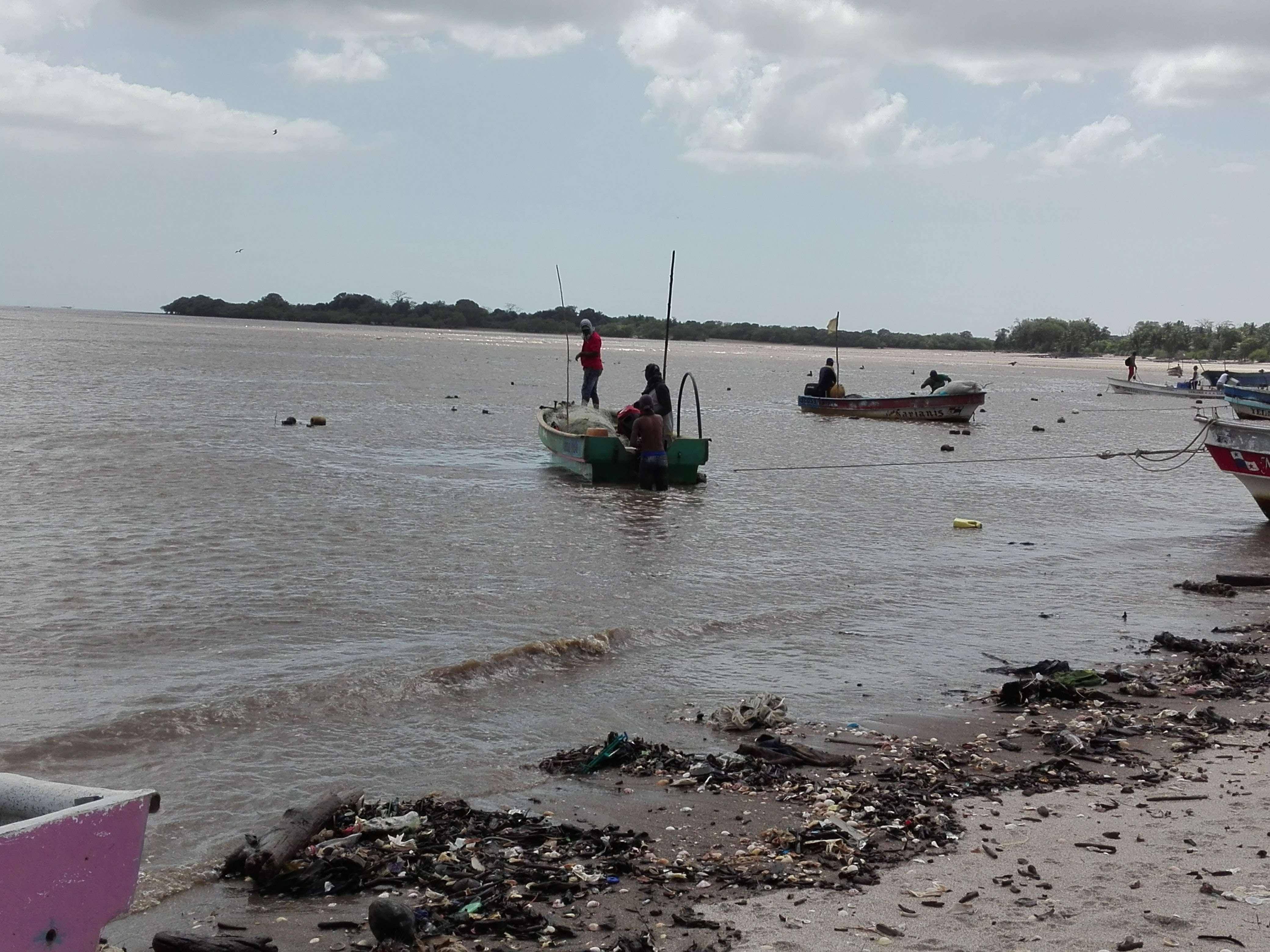 Vista general de la actividad pesquera en Puerto Caimito. /  Foto: Eric Montenegro