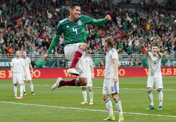 """El mexicano Hugo Ayala celebra su anotación, en la victoria del """"Tri"""" 1-0 sobre Bosnia y Herzegovina. Foto AP"""
