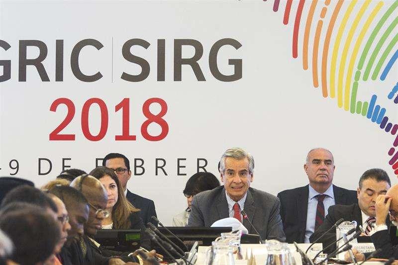 El coordinador nacional del Perú para el Proceso de Cumbres, Antonio García Revilla (c), y el secretario general adjunto, Néstor Méndez (d), participan en la primera sesión plenaria del Grupo de Revisión de la Implementaión de Cumbres (GRIC 2018). EFE
