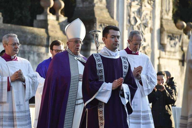 El papa Francisco (3-i) celebra una homilía en la iglesia de San Anselmo con motivo del Miércoles de Ceniza, en Roma, Italia, hoy, 14 de febrero de 2018. EFE/ Foto cedida por L'Osservatore Romano.