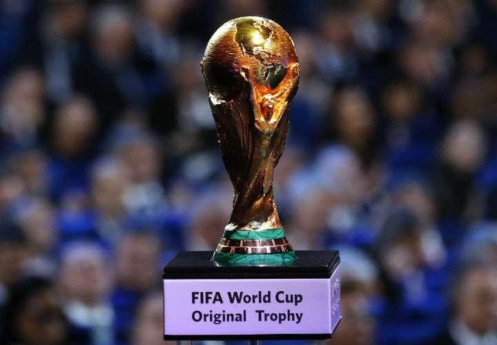 La Copa Mundial de la Fifa inició su gira mundial en septiembre pasado, cuando partió de Rusia. Foto AP