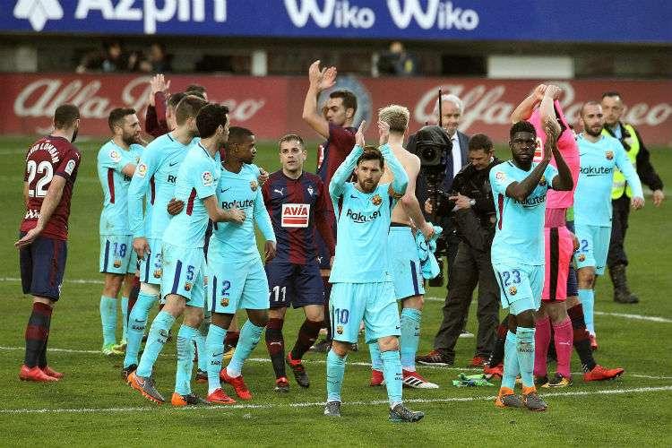 El equipo del Barcelona celebra el triunfo sobre el Eibar. Foto: EFE